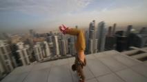 Ce  gars fait du hoverboard au sommeil d'un gratte-ciel à Dubaï